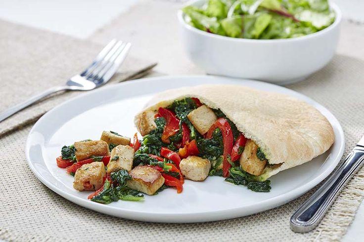 Pita met gemarineerde tofu, gegrilde paprika en spinazie