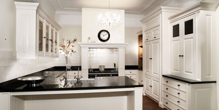 Een klassieke keuken in de Engelse stijl. De prachtig afgewerkte kastdeurtjes, het donkere blad en de mooi afgewerkte schouw boven het fornuis maken de keuken helemaal af: tot in detail.