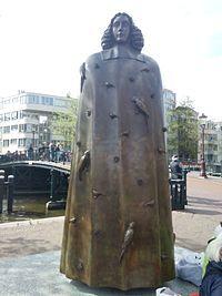Beeld van Spinoza in Amsterdam. Het citaat op de sokkel luidt: 'Het doel van de staat is de vrijheid'. Spinoza: het universum als model, geslepen door de menselijke geest.