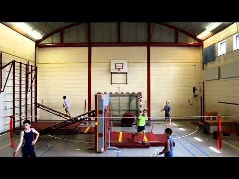 Op deze website vind je een filmpje over hoe leerlingen kunnen freerunnen bij een gekozen opstelling in de sportzaal. #bewegingsonderwijs