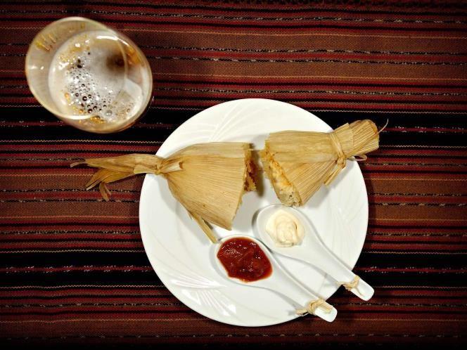 02 - USA SUR, Tamales – Misisipi, Los tamales, un plato popular del Delta del Misisipi, llegaron hace un siglo de la mano de los trabajadores inmigrantes mexicanos. Se tarda dos días en su elaboración: el cerdo hervido se mezcla con harina de maíz y cayena, se envuelve y se ata con un cordón en una hoja de maíz y se hierve a fuego lento. Cantantes de blues como Robert Johnson dedicaron canciones al tamal en los años 30 del siglo XX
