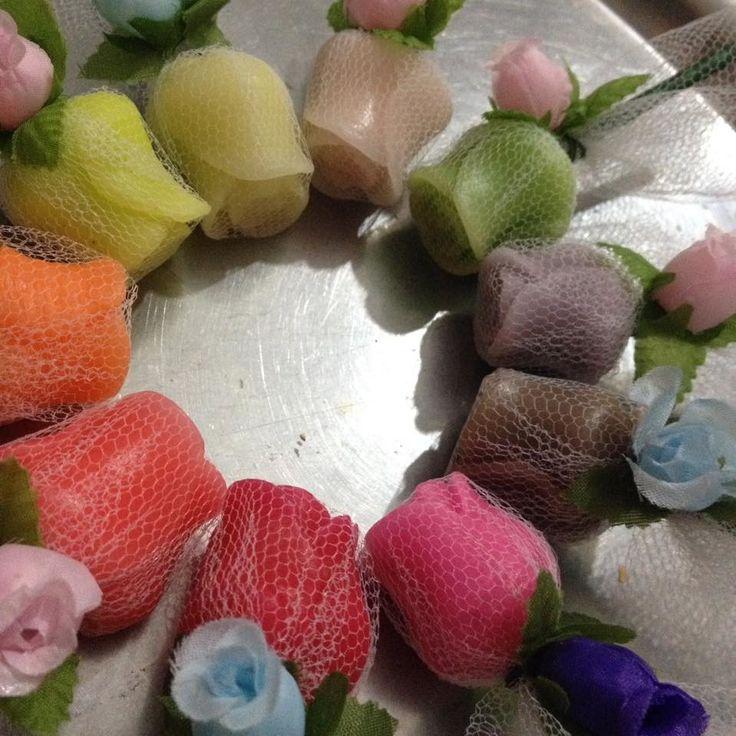 Botão de rosa feito de sachê, com talo decorativo. Fragrância de rosas, lavanda, flor do campo, floral doce e ervas. <br>Excelente opção de lembrancinha para aniversários, bodas, casamentos, debutantes, noivados, dia das mães, dia das mulheres, dia das secretárias, dia dos professores, etc.