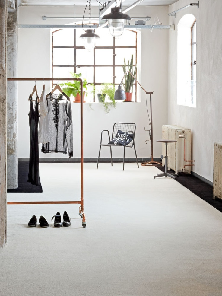 Geen zwart-wit, maar wit-zwart. met dit zachte, kamerbrede tapijt creeër je een verfijnde industriële look voor je slaapkamer of, waarom niet, de woonkamer. De zwarte rand laat de kamer groter lijken.
