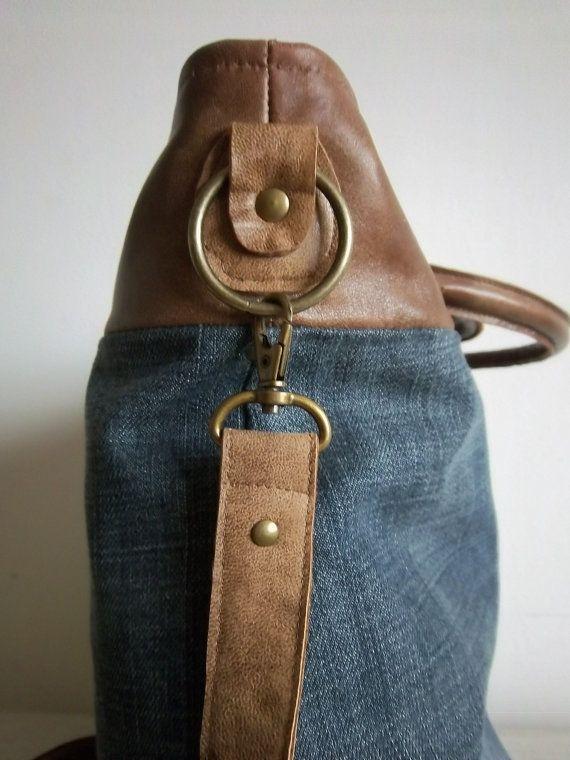 Tan Lederjacke und ein paar Stein waschen Jeans neu in dieser fabelhaften kleinen Einkaufstasche, die auch über den Körper getragen werden kann.  Griffe, oberen Teil der Tasche und das Armband sind alle Leder. Unterteil der Tasche ist aus der Denim gefertigt. Innenverkleidung der leichten Baumwoll-Canvas mit Innentaschen, darunter eine Nutzung des Reißverschluss aus der Jeans. Flexi-Schlauch für die Form der Griffe und Unterstützung verwendet. Abnehmbaren Träger sieht gut aus, oder aus der…