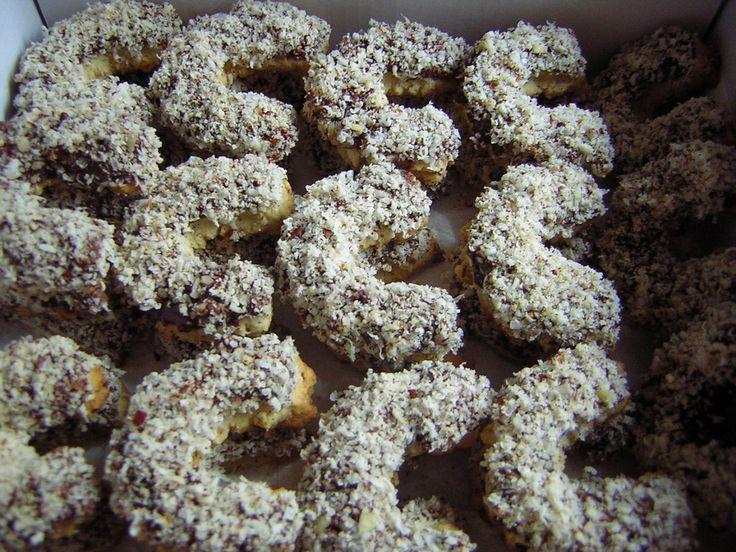 Na vál prosejeme mouku, přidáme jemně nastrouhané nebo umleté oříšky, cukr, změklý a na kousky pokrájený tuk a žloutek. Vypracujeme vláčné těsto....