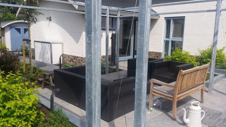 pergola van ijzer en plantenbakken van staal