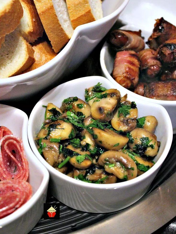 Champinones Al Ajillo, испанские Грибы Чеснок является прекрасным Тапас блюдо, часто выступает в качестве партии пищи.  Легко и быстро сделать и фантастические ароматы.  Также отлично подходит в качестве гарнира!     Lovefoodies.com