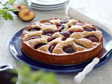 Kagen kan også bages med abrikoser og nektariner. Frugten bliver blødere under bagningen, så den skal være moden, men fast