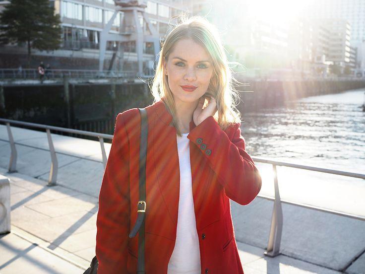 Mein Lieblingsherbstlook in der Hafencity Hamburg - roter Mantel und rote Lippen