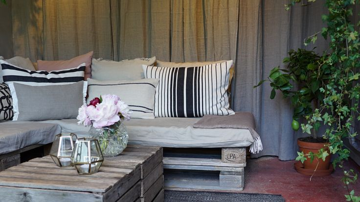 Hanna Peters tillverkar en soffa av gamla lastpallar i hennes orangeri i Äntligen Hemma.