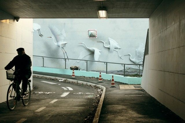Flying Away Birds Street Art  Under the bridge of Riccione in Italia, street-artist Eron from Bologna, composed these stunning murals depicting seagulls and herons flying away. The impressive technique of the artist produce an optical illusion of reliefs, like if these birds were real.