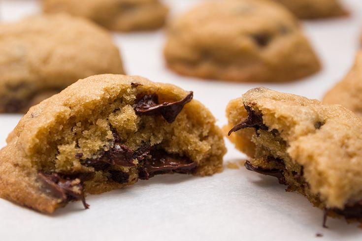 I biscotti al cuore di Nutella spariranno dalla tavola in pochi minuti, e se ci sono bambini non riuscirete neanche ad assaggiarli.