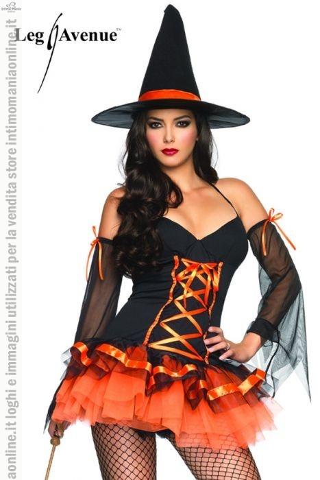 Leg Avenue, costume e travestimento per halloween da strega modello hocus pocus hottie. Il costume è un set 3 pezzi che comprende il cappello, i polsini e il vestito. Il vestito realizzato in colore nero con richiami arancione, la gonnellina corta con effetto ondulato è totalmente di colore arancione. I polsini sono in velo in colore nero semi-trasparente con un fiocco arancio, mentre il cappello a punta, riporta un nastrino anch'esso di colore arancione.