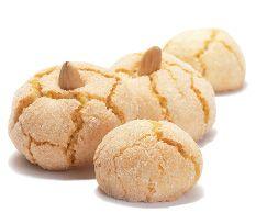 Amaretti, Dulcis: Eine knackige Zuckerkruste umschließt ein Herz aus weichem, duftendem Marzipan. Die feine, besondere Geschmacksnote entsteht durch die Zugabe weniger Bittermandeln.   Empfohlen als Dessertabschluß eines festlichen Menüs, begleitet von Weißwein oder Kaffee.