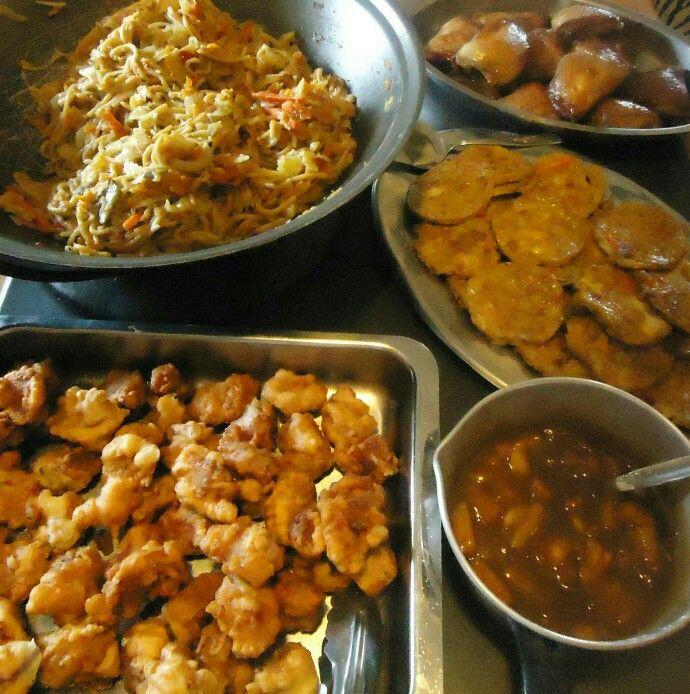 Chinese ete, Roerbraai (hoender of steak) kool Uie, Wortels,Marrow, Broccoli.  Pynappel, Geel, groen en rooi peppers,braai alles in bietjie botter en olie, Vark  250 ml bruismeel  Knippie sout  150 ml koue water 12,5 ml olie  2 eierwitte, Meng die eerste 4.   Laat deeg uur in. Klits eierwitte styf,vou in by deeg  Geur vark, Doop in beslag  Bak in diep olie tot gaar