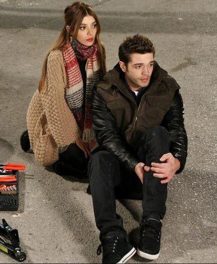 Kaçak gelinler 20. bölüm Şebnem'in siyah pantolonu,kazağı,bej hırkası,renkli atkısı ve Selim'in siyah pantolonu,ayakkabısı,deri ceketi ve yeleği