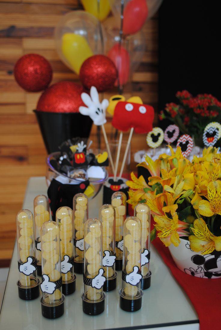 Tubetes personalizados com balas de goma nas cores da festa. Este aniversário de menino teve como tema o Mickey.