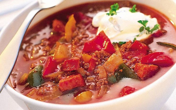 Gulaschsoppa: Ungersk gulasch är en mustig och härlig köttsoppa med kryddiga korvar. Här använder vi köttfärs istället. Servera gärna med en klick vitlöksröra till.