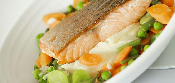 #Salmón a la plancha con salsa holandesa acompañado con puré de papa y vegetales baby. Uno de los platos fuertes del menú de Marea by Rausch: http://www.mareabyrausch.com/?page_id=52 #Restaurantes