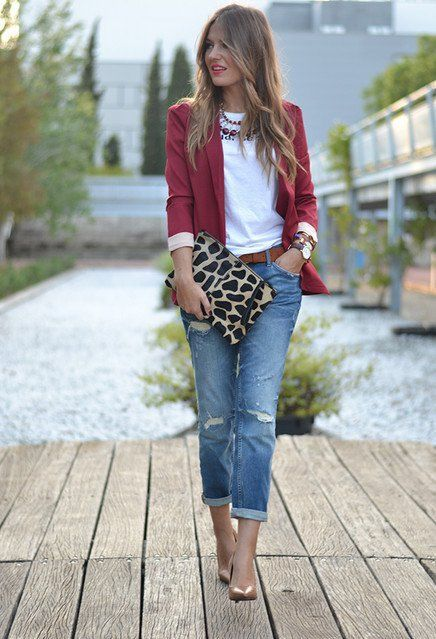 Port blazer, white top, jeans and those clutch compliments a great chic office outfit. | Office Fashion
