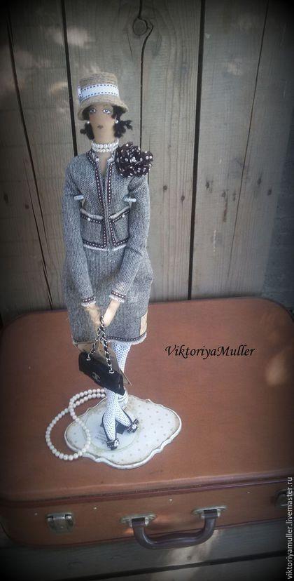 Купить или заказать Подставка для куклы в интернет-магазине на Ярмарке Мастеров. Подставка для моих кукол. Декупаж, винтажный стиль. Высота 45 см, размер основания 20 на 14 см. Подставка сделана для куклы ШАНЕЛЬ , для других кукол возможно разное оформление основания.