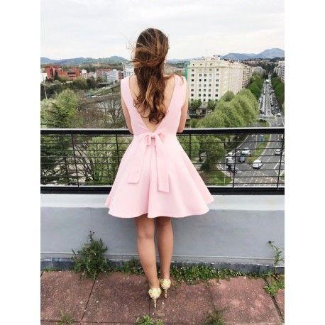 Vestido Hortensia Elegante vestido corto azul celeste, de tira ancha y espalda al aire. Perfecto para ocasiones especiales como una boda así como una cena. Ideal para primavera así para verano. Tiene una espléndida espalda al aire adornada con un lazo en la parte de abajo de la misma.