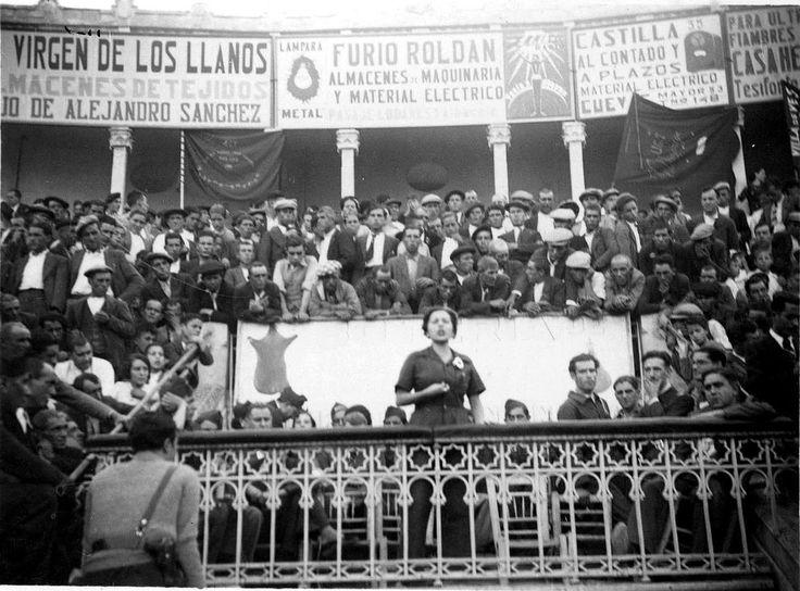 Mitin de Aurora Arnaiz en la plaza de toros de Albacete, en septiembre de 1936. Esta miliciana fue la única militante del comité ejecutivo d...