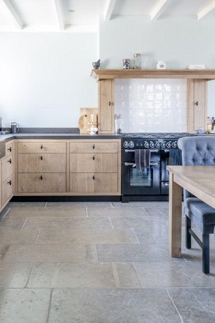 Woonkeuken landelijke stijl | bourgondische dallen Dordogne | natuursteen vloer |French Limestone Pierre de France |  kersbergen.nl