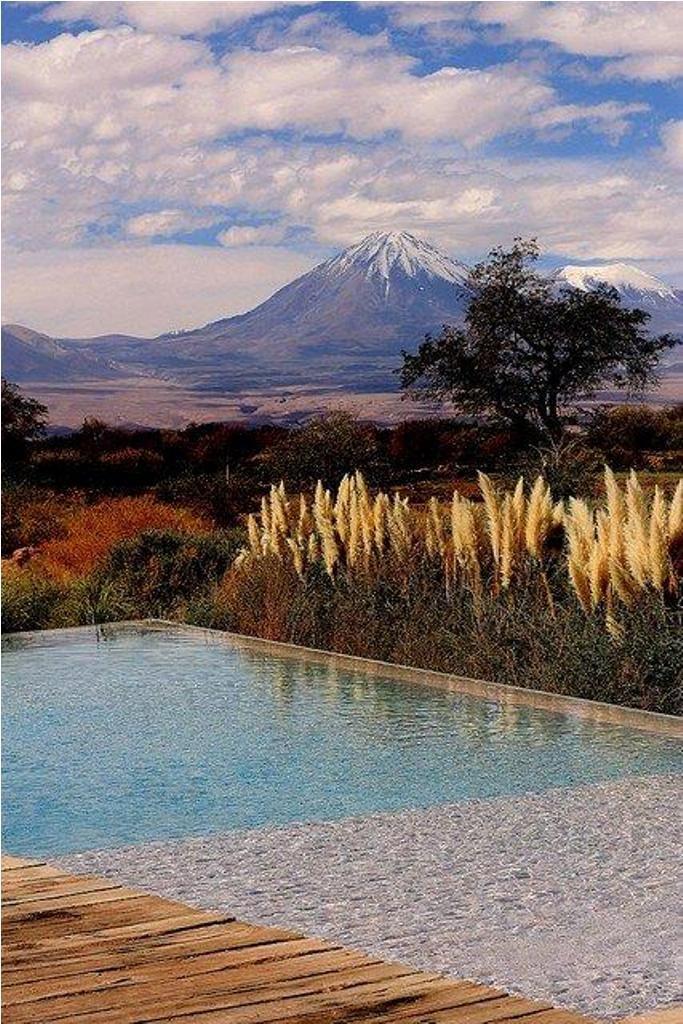 Sobre la Tierra Atacama, mirando hacia el Volcán Licancabur, Chile.