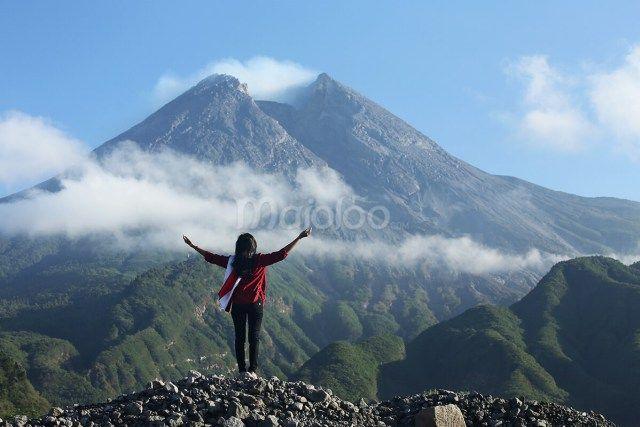 Seorang pengunjung sedang menikmati kemegahan Gunung Merapi di salah satu lokasi Lava Tour Merapi. (Benedictus Oktaviantoro/Maioloo.com)