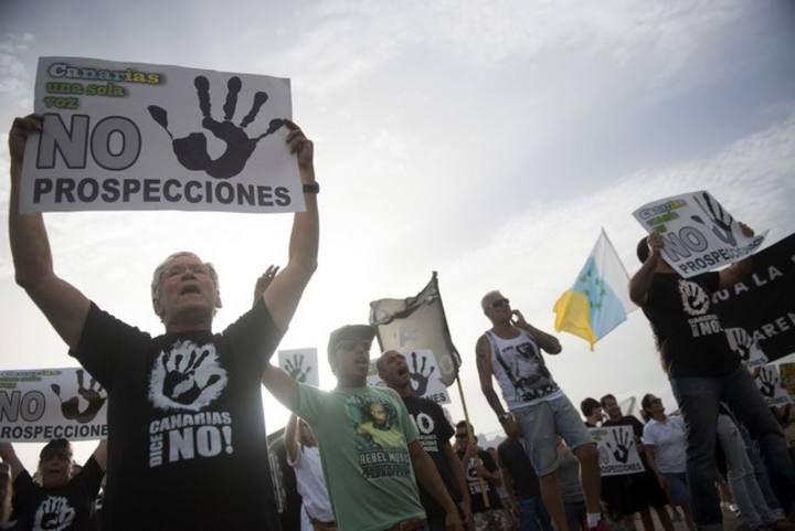 Protesta ante el hotel en el que veranea Soria en Playa Blanc