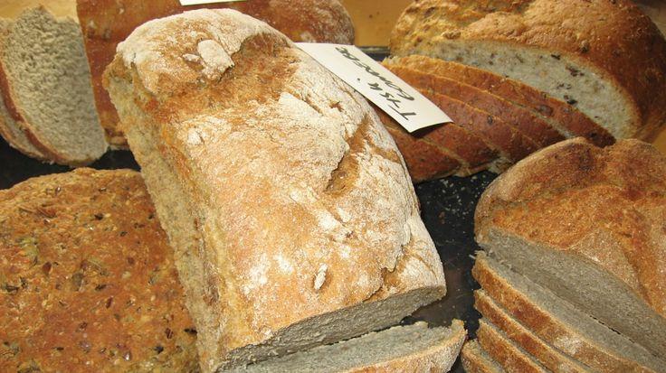 Bodils brød - Tysk bondebrød ser du midt i bildet, blant alle brødene fra Bodil Nordjore. - Foto: Ida Kjøstelsen /