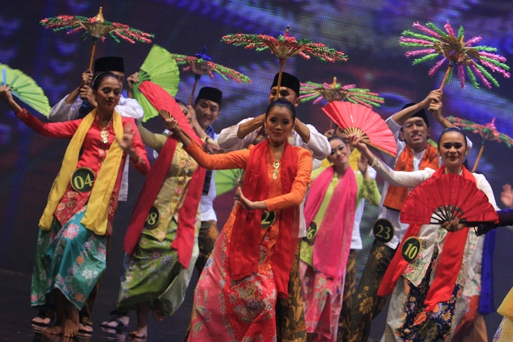 Finalists of Abang None Jakarta dance the nandak during the contest's finale at Taman Ismail Marzuki in Central Jakarta on Tuesday. (Antara Photo)