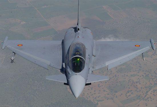 Primer plano de un Eurofighter durante su vuelo visto desde arriba