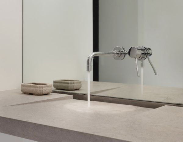 The tap can be mounted on the wall or, as in this case, on the mirror