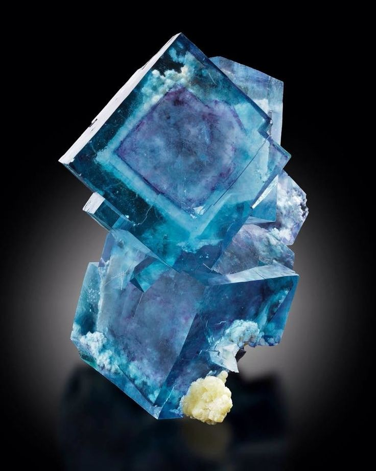 Fluorite from Denton Mine, Cave-in-Rock, Hardin County, Illinois, USA (specimen and photo by Mim museum)