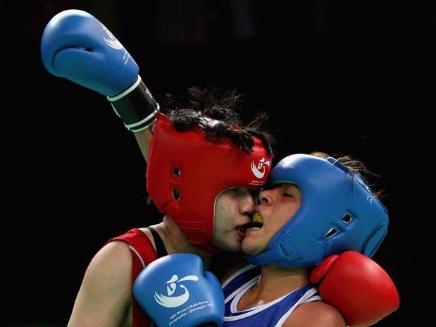 Entre os dias 9 e 20 de maio acontece o Mundial feminino de Boxe em Qinhuangdao, China, que dá vagas para os Jogos Olímpicos de Londres. Na disputa feminina, pode se ver desde belas imagens, até sangue e um beijo, como na foto entre a chinesa Claressa Shields (vermelho) e  Erika Cruz Hernandez, do México; confira as imagens:   Foto: Getty Images