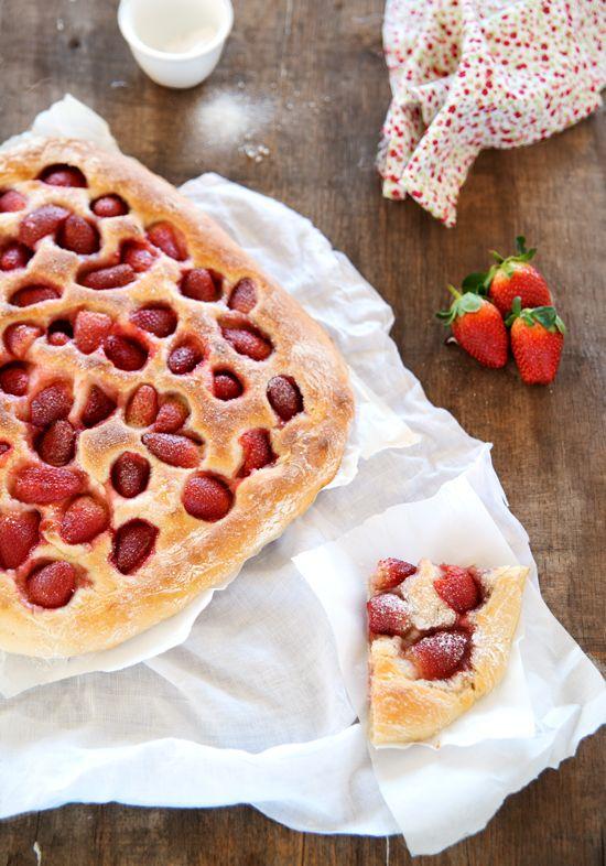 Segundo as palavras da autora do livro Limoncello and linen water, situa-se entre um pão e um doce e pode ser servido como snack ou ao pequeno almoço. [[MORE]]Aumente a quantidade de açúcar se os...