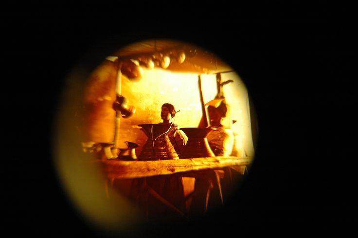 Durante il nostro soggiorno a Padova, dove ci trovavamo per via della VII Giornata Mondiale della Commedia dell'Arte , abbiamo avuto il tempo di effettuare una visita al Museo del Precinema – Collezione Minici Zotti che si affaccia proprio su Prato della Valle. Nulla di nuovo, rispetto a ciò che ho visto a Parigi o a Lione, salvo forse gli spazi espositivi sul teatro delle ombre, ma mentre guardavo all'interno di uno stereoscopio datato fine XIX secolo mi sono imbattuto in questa…
