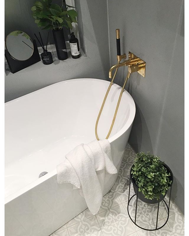 Totally having a date with my bathtub tonight - and let's not forget the glass of redwine #friyay #inthetub #home #interoir #bathroominspo // tiles are from @ulfven and faucet for bathtub from @tapwell #spons