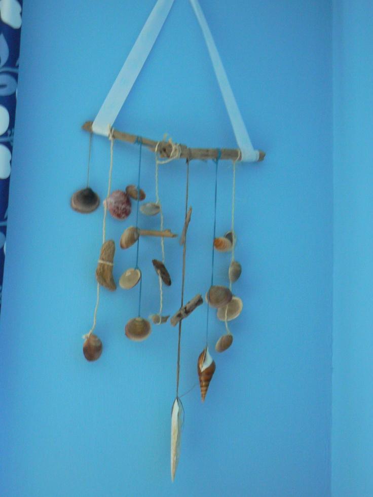 muurdecoratie met drijfhout en schelpen