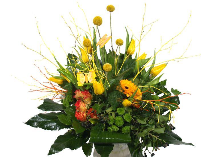 Bloemen versturen? Sfeervol Tulpenboeket met mooie rozen en prachtige gemengde gele Tulpen! Dit boeket is wild opgestoken zoals alleen vakkundige bloemisten kunnen.