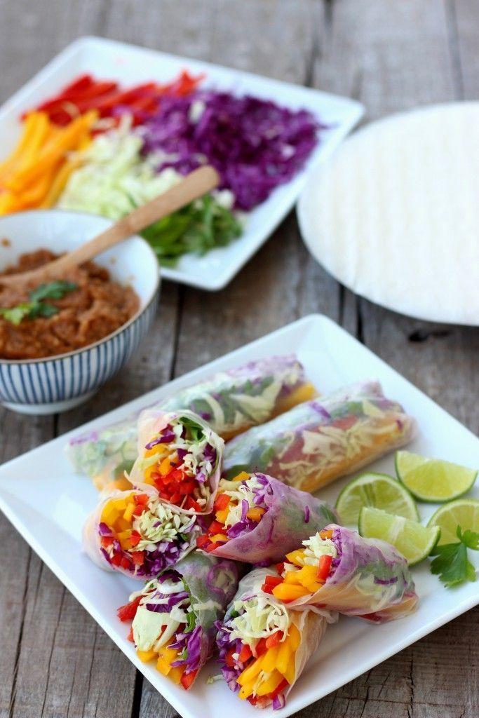 Regenboog groente spring rolls met pindasaus. Perfect om mee te nemen in je lunchbox, neem dan wel de pindasaus in een apart bakje mee.
