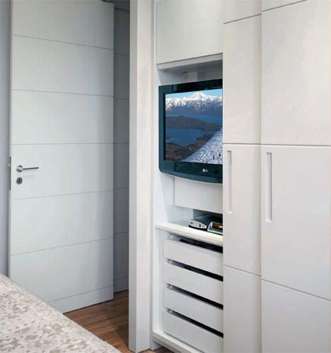 Em frente à cama, o armário com portas de correr esconde a TV LCD. Cavas fazem o papel de puxadores. A parte superior do móvel tem apenas 20 cm de profundidade.