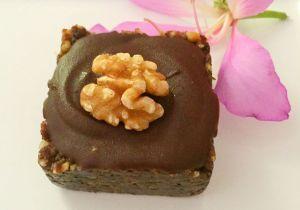 Aprenda a preparar a receita de Tortinha vegana de chocolate, banana e nozes para matar a vontade de doce