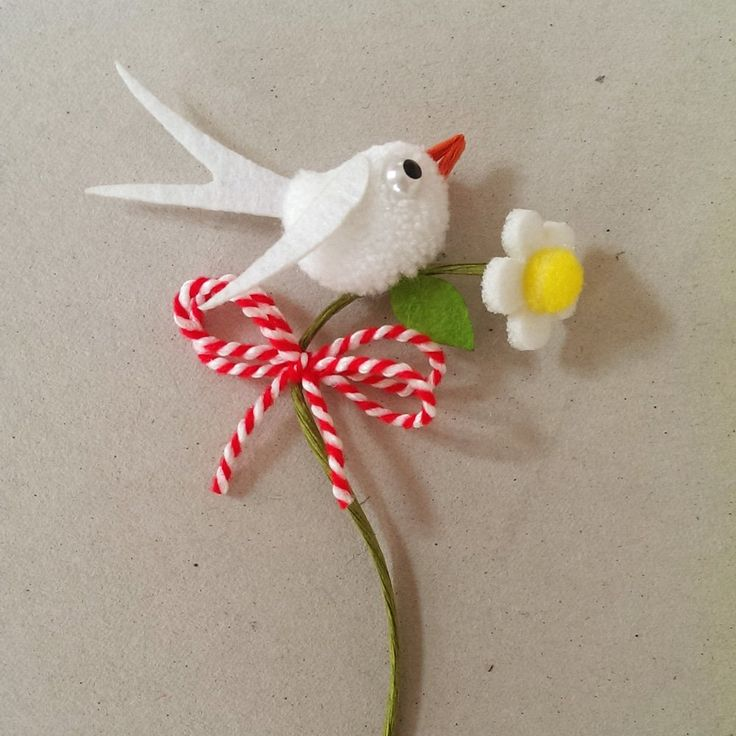 Бяла лястовичка на цвете