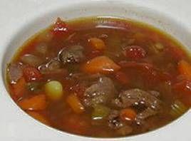 Gullaschsuppe Gullaschsuppe er en lækker og fyldig suppe, der sagtens kan serveres som hovedret med et stykke godt brød, eller som natmad med friskbagt kuvertbrød efter en våd og svedig fest.