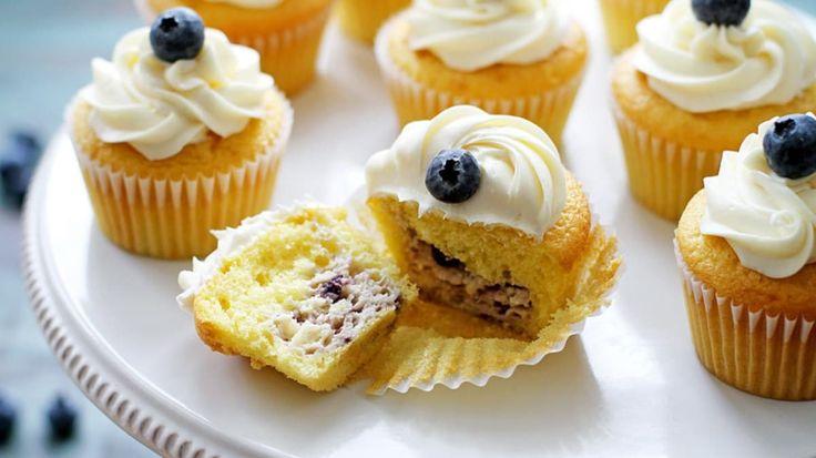 Un gâteau au citron garni de gâteau au fromage et bleuets sucré avec glaçage crémeux à la vanille.