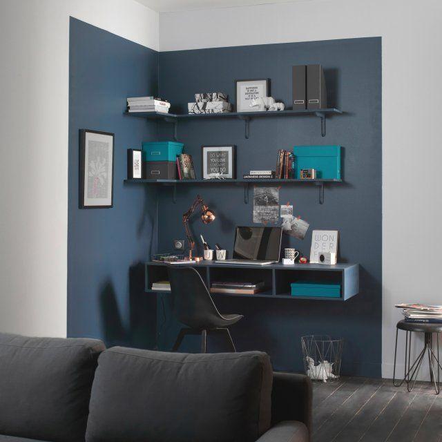 Une délimitation colorée au mur pour un max d'effet. Dans ce salon épuré, l'espace bureau est délimité par un bleu marine masculin et intense. Une démarcation visuelle au mur qui sépare de manière distincte le coin bureau du reste de la pièce, pour un coin bureau design  et gain de place.