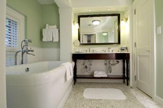 Carolina Inn Bathroom Decor